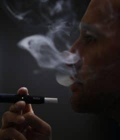 Fumer la cigarette IQOS